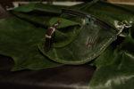 nerka zielona pull up skórzane tło